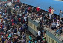 Bangladeshi Muslims storm overcrowded trains
