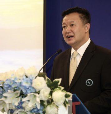 Mr. Yuthasak Supasorn, TAT Governor, at signing with Expedia