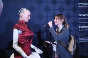 AIロボットのソフィアが参加者と交流
