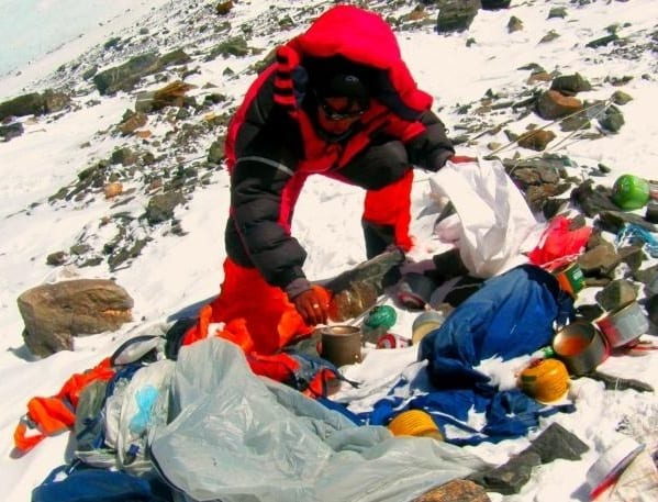 China tells Mt Everest tourists to clean up after themselves