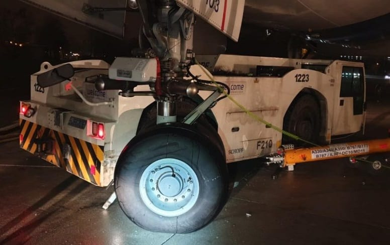 Tractor crashes into Israeli Prime Minister's plane at Warsaw Airport