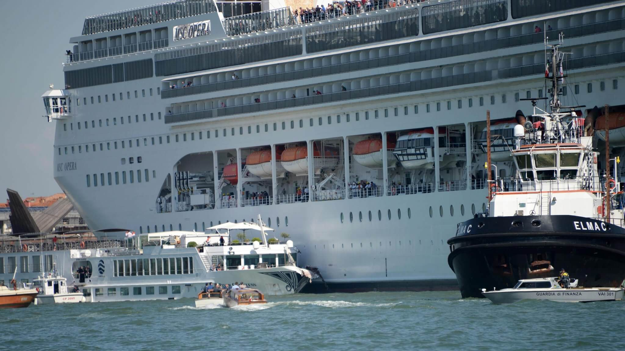 , MS Opera Cruise cruise ship slams into wharf in Venice while tourists flee, Buzz travel | eTurboNews |Travel News