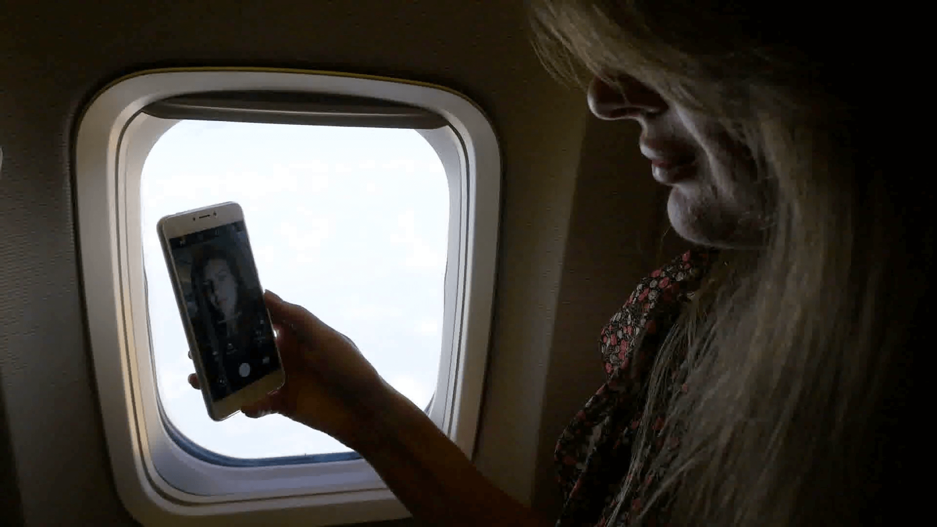 Survey: Travelers becoming less social on planes
