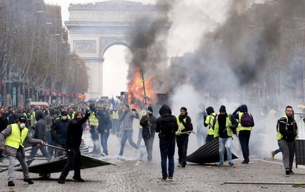 Tourists should avoid Paris as 'Yellow Vests' mayhem flares up again
