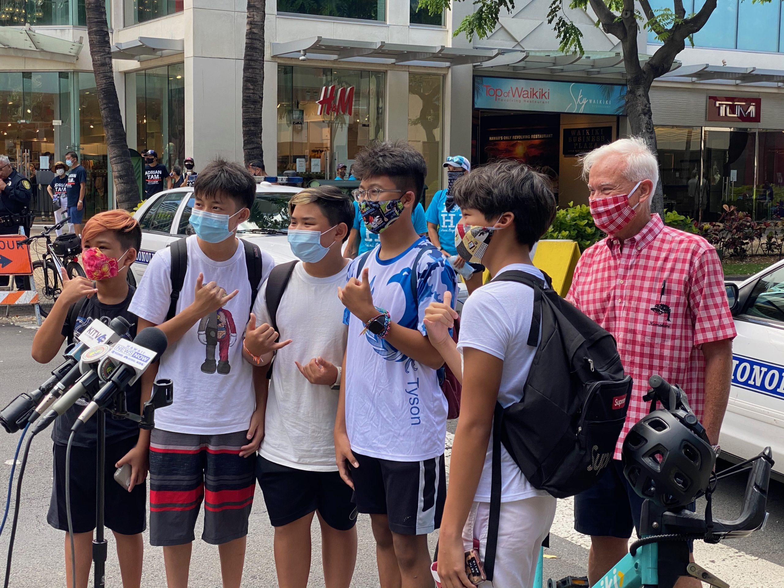 Wear a mask in Waikiki! Hawaii Tourists take an oath administrated by the mayor